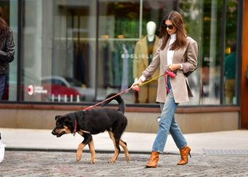 NEW YORK, NY - OCTOBER 10:  Emily Ratajkowski seen on the streets of Manhattan on October 10, 2019 in New York City.  (Photo by James Devaney/GC Images)